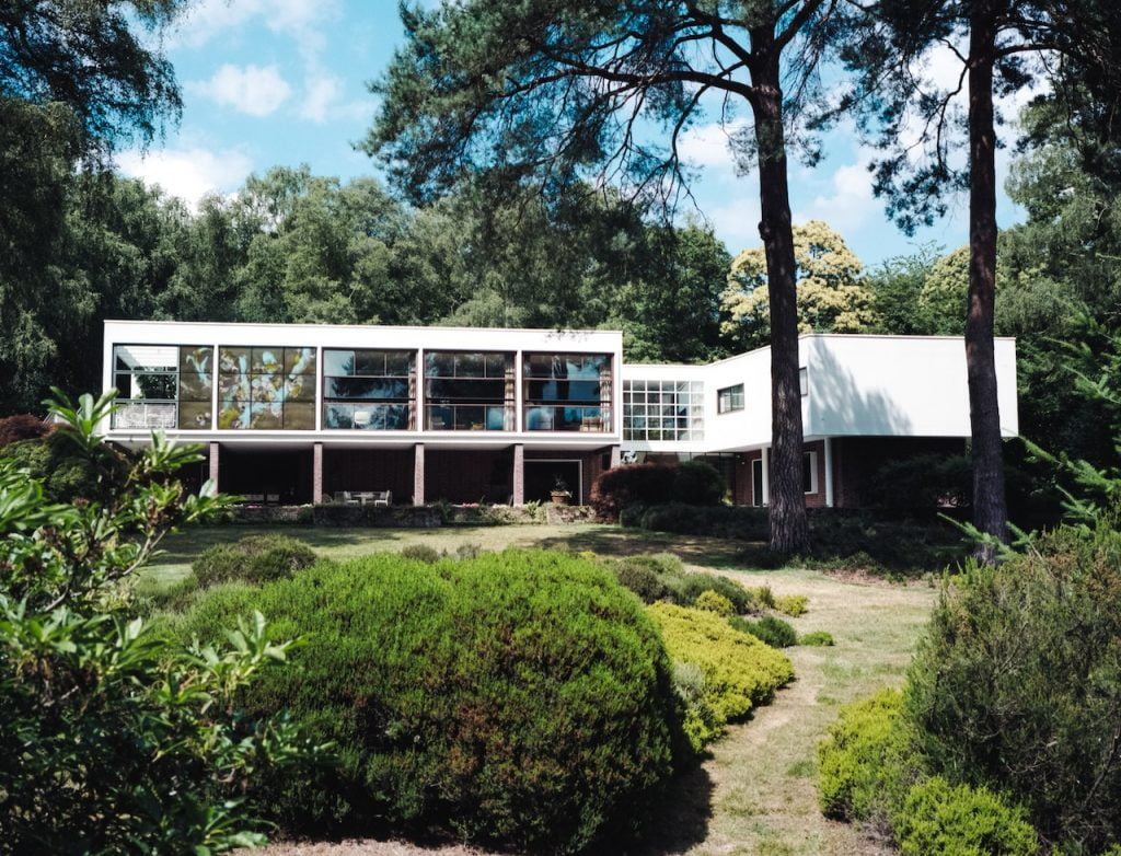 Home wood modernist garde and house over a pool